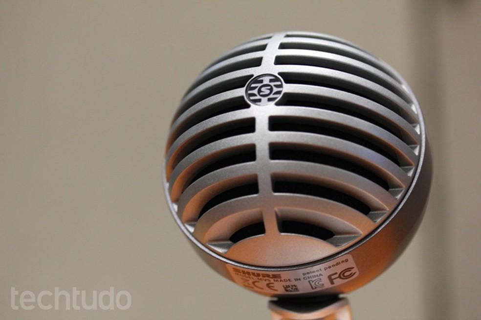 Shure MOTIV MV5 on vanaaegse kujunduse ja lauaarvuti mikrofoniga, mis sobib ideaalselt fotode taskuhäälingusaadete jaoks: Melissa Cruz / TechTudo