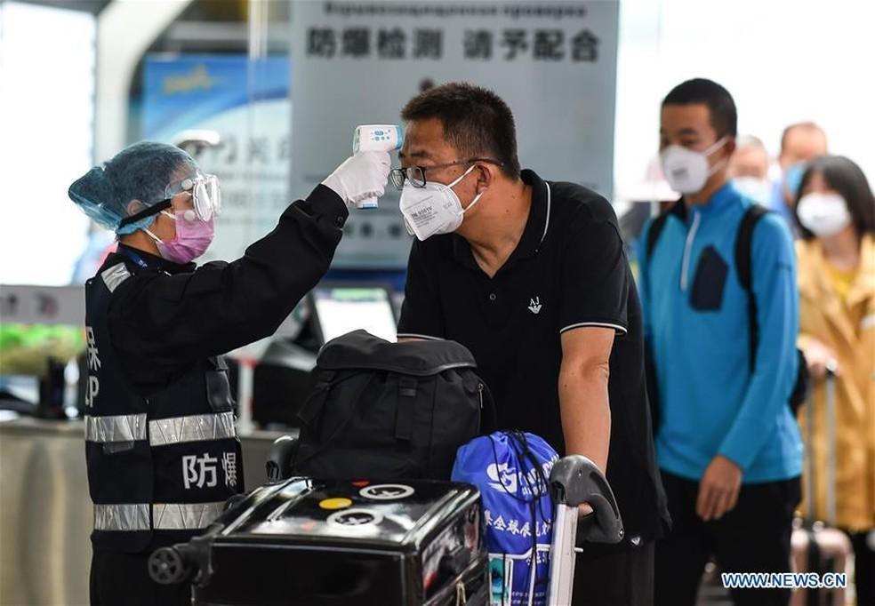 Hiina lennujaamades kannavad inimesed koronaviiruse vältimiseks maske ja kontrollivad temperatuuri. Foto: Divulgao / Xinhua / Pu Xiaoxu