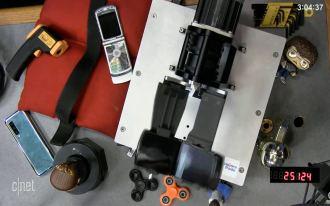 Moto Razr - pärast probleemi tuvastanud mehhanismi 27-kordset voldimist (allikas: CNet)